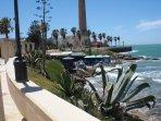 Playa de Las Canteras. Restaurante junto al mar y Faro de Chipiona.
