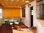 Amplia terraza privada (30m2), muy soleada (orientación sur), con toldo y muebles de jardín.