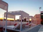 Terraza con pscina, camas balinesas e inmejorables vistas