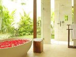 Villa Asante - Outdoor flower bath