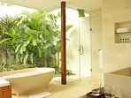 Villa Asante - Bathroom and tub