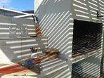 Parrillero c/pergola. Utensilios para la parrilla: platos de madera, provolonera. pinchos, tablas...