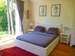 la chambre blanche avec lit queen size (160x200)
