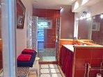 salle d'eau de la chambre blanche, double vasque, wc, douche style italienne...