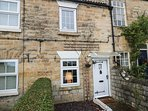 SNOWDROP COTTAGE, exposed wooden beams, countryside views, Leeds 12 miles, Ref 9