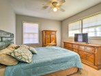 This bedroom offers a queen bed and a flat-screen TV.