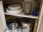 Ollas,sartenes, y platos...entre otros utensilios para cocinar.