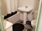 Cuarto de baño con bañera grande y estufa de aire caliente para un baño óptimo.