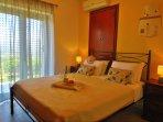das zweite Schlafzimmer; mit Doppelbett und Zugang zum Garten; TV, Klimaanlage