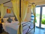 eines der drei Schlafzimmer; mit Himmelbett; Zugang zum Garten; TV, Klimaanlage