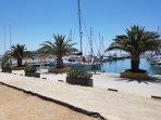 Hamnen i Caleta är fylld av fritidsbåtar. Det finns även en fiskebåtshamn intill.