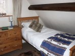 Twin bedroom in Jackdaw Cottage