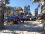 Juegos infantiles en el paseo de la Playa de San Juan (2 minutos andando desde el apartamento)