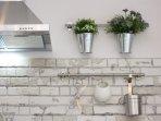 Plantas y utensilios de cocina, calidez y funcionalidad.