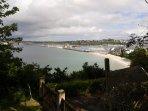 Vue du sentier côtier sur le sillon de Camaret et la plage du Corréjou