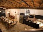 Espace cuisine toute équipée et sa salle à manger pouvant accueillir au moins 14 personnes à table.