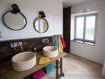 Salle de douche à l'Italienne avec double vasque.