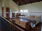 Mezanino aberto com cama de casal.