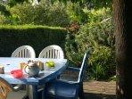 Petit déjeuner en terrasse à la maison bleue..