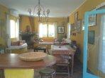 Barra de la cocina, mesa interior y living.