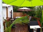.Deck avec Jacuzzi. Table et chaises. Salon de jardin. Barbecue (et plancha) Parasols. Transats