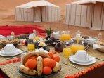 LE petit dejeuner est composé de jus d'orange, de thé ou café, de pain confiture fromage et d'oeufs