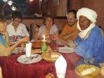 Hassan et un groupe venu faire du yoga lors d'un bivouac itinérant