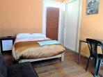 Habitación matrimonial, con baño privado, TV-Cable, wifi, agua caliente.