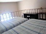 Habitación 04 camas, cada cama es de plaza y media, baño compartido, TV-Cable, wifi, agua caliente.