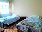 Habitación de 02 camas, cada cama de plaza y media. Con baño privado, agua caliente, TV.Cable, wifi
