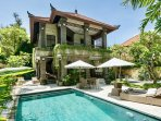VILLA IBU, 3 BEDROOMS, POOL AND LARGE GARDEN, JUST METERS FROM THE BEACHFRONT