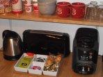 Offert pour votre 1er petit déjeuner : thé, café,sucres et petites madeleines.
