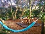Espaces de détente aménagés dans le jardin  (barbecue weber, salons de jardin, hamacs, transats)