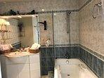 salle de bains privative à la chambre TSF