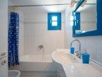 Captain's Home-ART 1st bathroom (en-suit room)