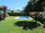 Piscina y jardín de césped. El sol incide sobre la piscina durante todo el día.