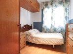 Dormitorio con cama de 110cm