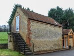 WOODMANS COTTAGE, open-plan, en-suites, countryside views, in Upper Seagry, Ref.