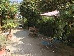 Extérieur privatif Le Four avec transat, salon de jardin, parasol et barbecue
