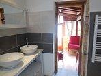 Salle de bain avec double vasques