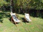 Extérieur privatif l'Oustal avec salon de jardin, transats, parasol et barbecue en dur