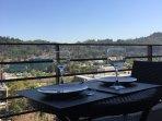Terraza amplia con mea y sillas para disfrutar de la vista