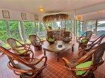 Salon sur la terrasse couverte pour se réunir en famille ou entre amis