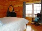 Queen bedroom w/direct mountain views and en-suite BA