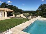 Vue sur le Mont-Ventoux & le Massif du Luberon depuis la piscine