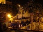 Movida serale al borgo antico sotto il castello
