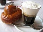 Granita siciliana caffè con panna e brioche