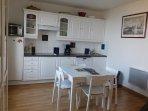 La cuisine et sa petite table ajustable vue sur la mer