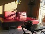 Le salon avec accès direct à la terrasse avec canapé convertible.