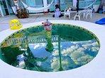 Pequeña piscina con chorro de agua y luz de noche para 7 personas con 1.50 de altura